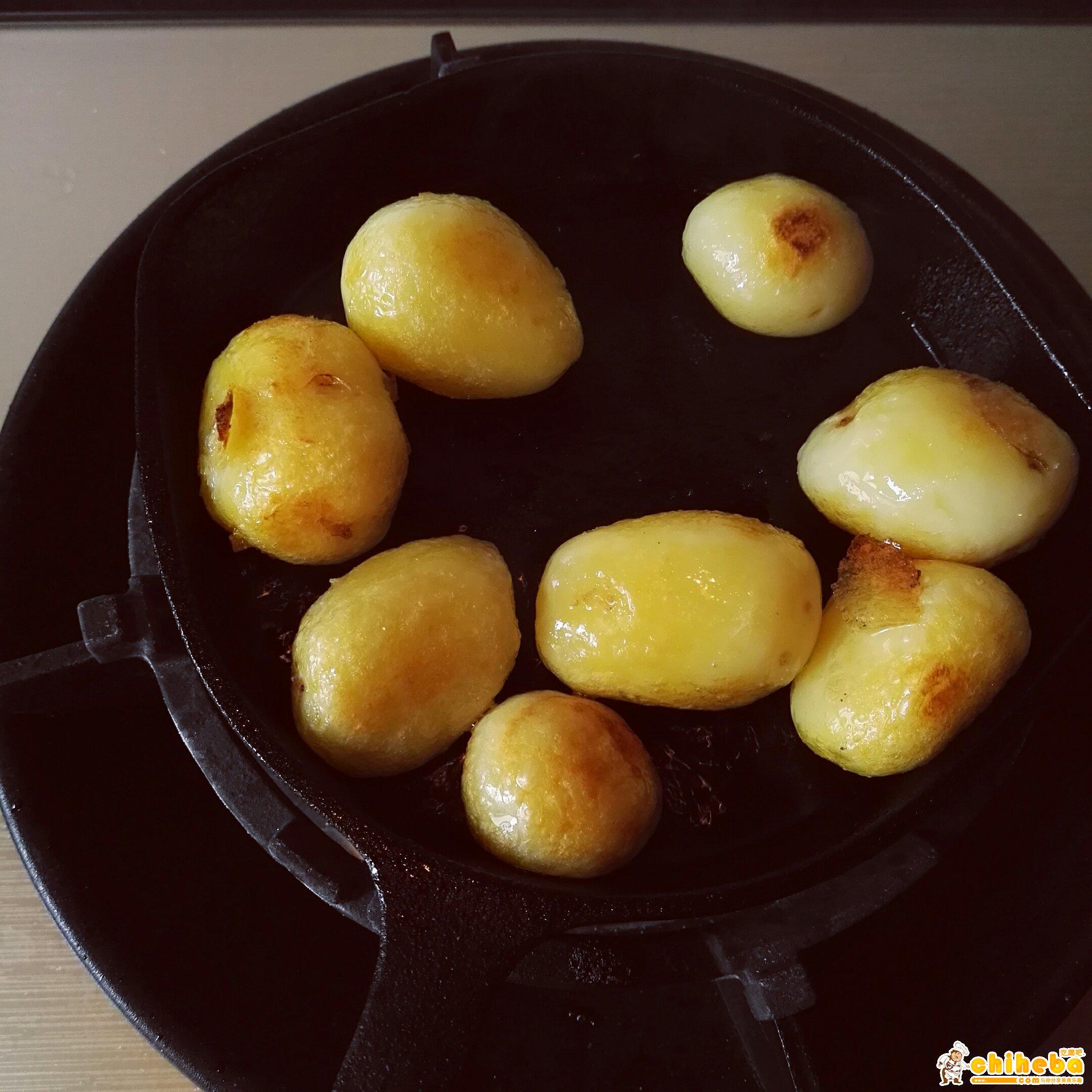 锅巴洋芋~绝对的路边摊小吃霸主👍(铸铁锅版本)的做法 步骤3