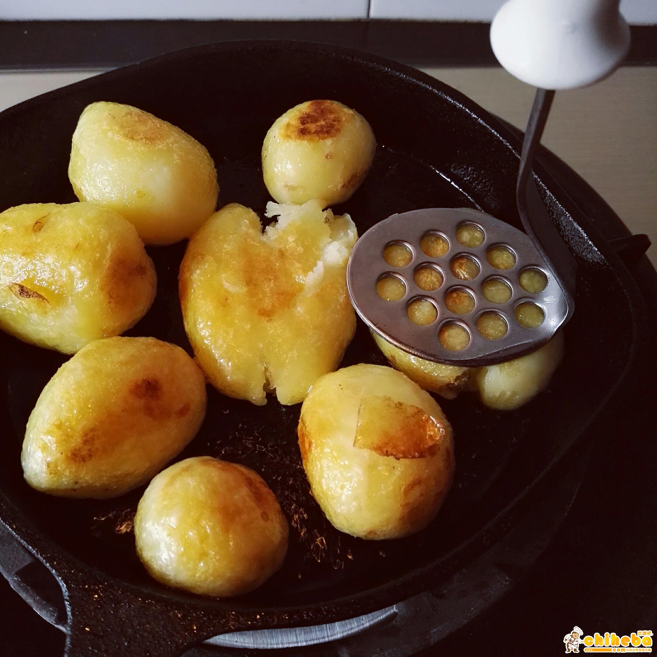 锅巴洋芋~绝对的路边摊小吃霸主👍(铸铁锅版本)的做法 步骤4